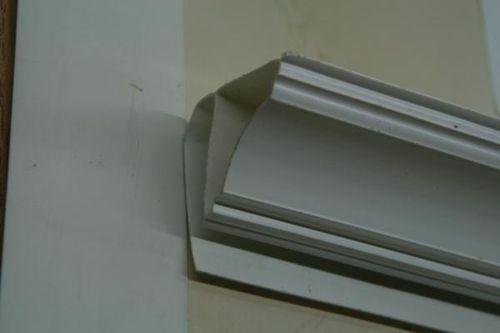 Как крепить потолочный плинтус?